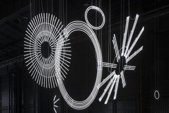 Cerith Wyn Evans, Radiant Fold (…the Illuminating Gas), 2017-2018. Veduta dell'installazione, Pirelli HangarBicocca, Milano, 2019. Courtesy dell'artista; Amgueddfa Cymru – National Museum Wales e Pirelli HangarBicocca. Foto: Agostino Osio