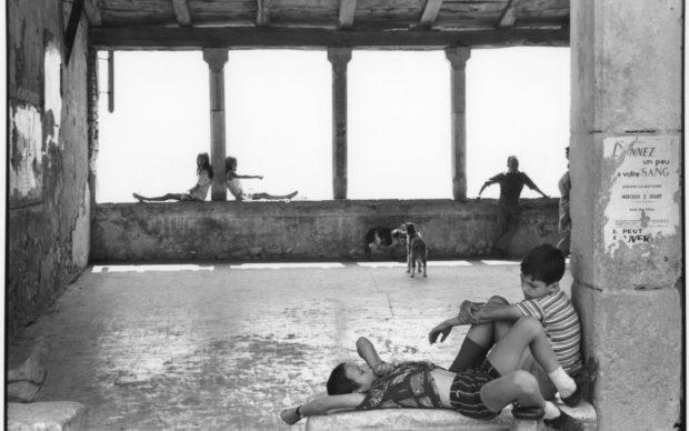 Henri Cartier-Bresson, Simiane-la-Rotonde, France, 1969, épreuve gélatino-argentique de 1973 © Fondation Henri Cartier-Bresson / Magnum Photos