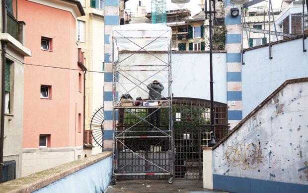 Cufrini a lavoro sul murale materico dedicato a Faber. Credits foto: Silvia Mazzella