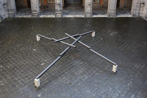 Hidetoshi Nagasawa, Pozzo nel cielo, 1999 – 2014. Ferro e marmo, 200x1000x1000 cm. Foto di Alessandra Cardone e Luciano Basagni © Polo museale della Campania