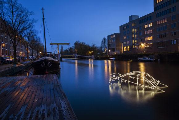 Surface Tension by Tom Biddulph e Barbara Ryan. Amsterdam Light Festival 2019.  Photo Copyright Janus van den Eijnden