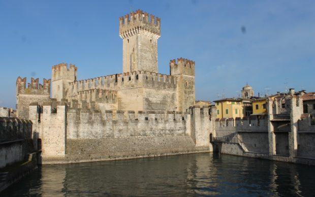 0. castello di Sirmione generale (vista da darsena)