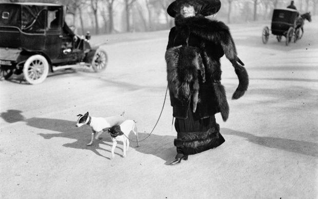 """acques Henri Lartigue, Anna la Pradvina, aussi appelée """"La femme aux renards"""", Avenue du Bois, Paris, 1911 © Ministère de la Culture (France), MAP-AAJHL"""