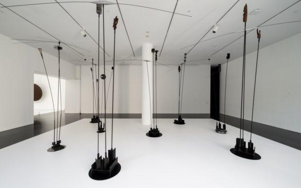 vista dell'allestimento della mostra Takis, MACBA Barcellona, photoMiquel Coll