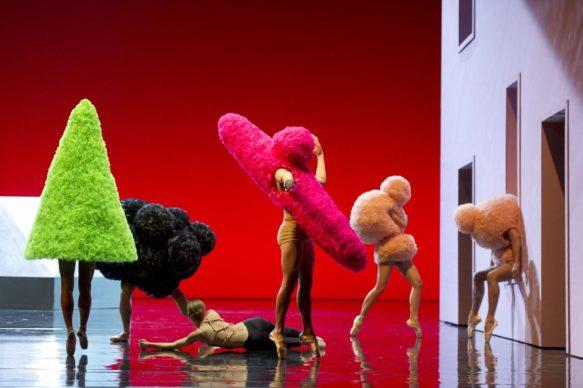 Costumes de Walter Van Beirendonck pour « Sous apparence », mise en scène et chorégraphie de Marie-Agnès Gillot. Opéra national de Paris, 2012. © Laurent Philippe