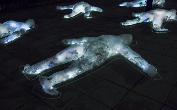 Luzinterruptus, Death by Plastic, 2019, photo Melisa Hernández, courtesy Luzinterruptus