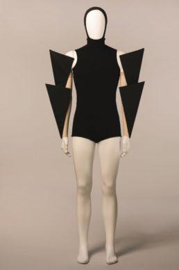 Costume de Gareth Pugh pour « Carbon Life », chorégraphie de Wayne McGregor. Création Royal Ballet, Opéra Royal, Londres, 2012. Prêt Opéra Royal, Londres. © CNCS / Florent Giffard