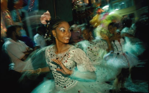 Le strade si riempiono di ballerine di samba durante la sfilata di carnevale a Salvador da Bahia, in Brasile.Dancers take to the streets at Salvador, Bahia, during Brazil's annual Carnival parade. (David Alan Harvey/National Geographic, 2009)