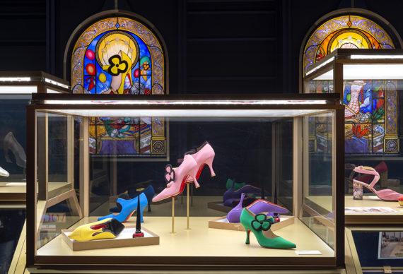 "Vista dell'allestimento della mostra ""Christian Louboutin. L'Exhibition[niste]"", al Palais de la Porte Dorée di Parigi. Photo © Marc Domage"
