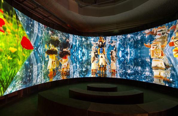 """Vista dell'allestimento della mostra """"Christian Louboutin. L'Exhibition[niste]"""", al Palais de la Porte Dorée di Parigi: Lisa Reihana, A reverie, 2020. Photo © Marc Domage"""