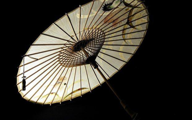 Ombrellino tradizionale parasole; bambù e carta giapponese dipinta, dei primi anni del 1900. Courtesy Museo d'Arte Cinese ed Etnografico, Parma. Via museocineseparma.org
