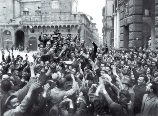 Bersaglieri festeggiati dai cittadini in via Rizzoli il giorno della liberazione di Bologna. Foto IBC Emilia Romagna