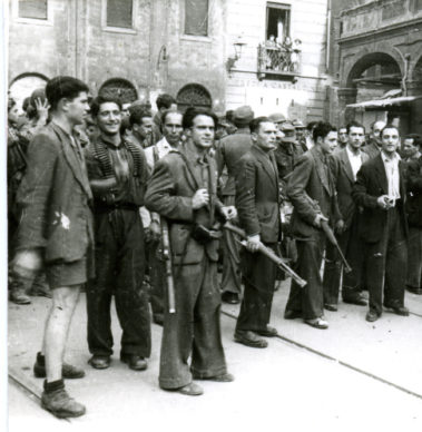"""Partigiani della Brigata Garibaldi """"Irma Bandiera"""" riuniti in Piazza Ravegnana il 21 aprile 1945. Foto ANPI Bologna"""