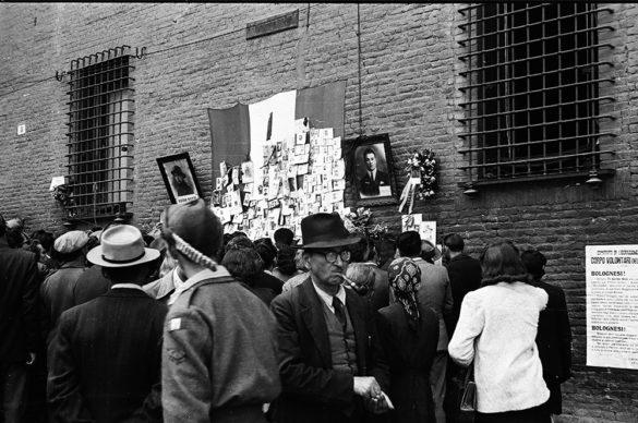 Edward Reep, corrispondente di guerra dell'esercito americano, fotografa le prime immagini del Sacrario dei partigiani caduti di Piazza Nettuno il giorno della liberazione. Foto Istituto Parri Emilia Romagna