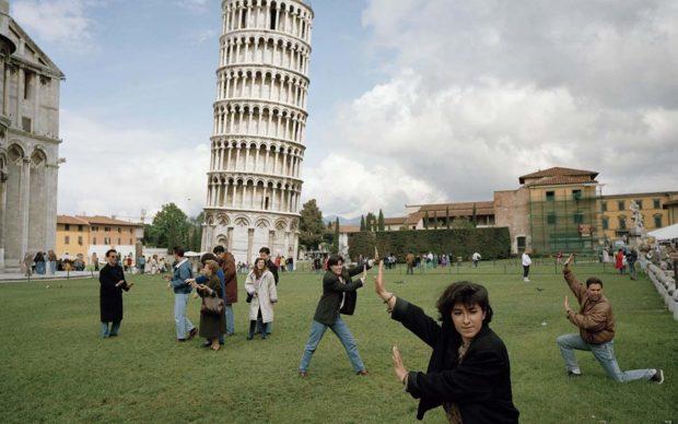 La torre pendente, Pisa, 1980 © Martin Parr / Magnum Photos / Contrasto