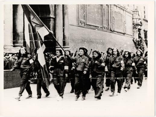 Bologna 25 aprile 1945. Un gruppo di partigiane sfila in Piazza Vittorio Emanuele II (oggi Piazza Maggiore) prima della consegna delle armi. Photo courtesy Istituzione Bologna Musei | Museo civico del Risorgimento