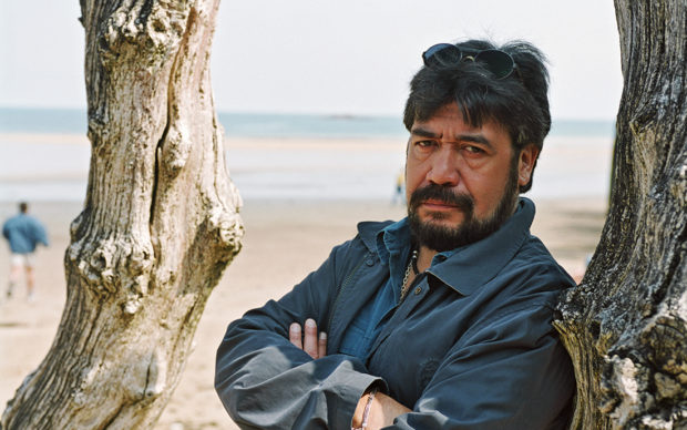 Chilean author Luis Sepúlveda poses while at the Saint Malo Book Fair in Saint Malo, France on the 30th of May 2001. (Photo by Ulf Andersen/Getty Images)