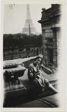 Titre attribué : Dora Maar jouant de la guitare sur une terrasse avec la Tour Eiffel en arrière-planvers 1926