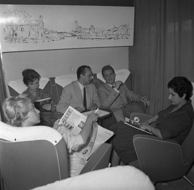Elettrotreno ETR 300 Settebello, viaggiatori a bordo su divanetto e poltrone (1960) - Foto Archivio Fondazione FS Italiane