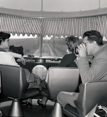 Elettrotreno ETR 300 Settebello, viaggiatori nel belvedere (1959) - Foto Archivio Fondazione FS Italiane
