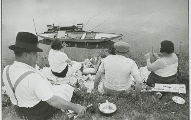 Henri Cartier-Bresson,Dimanche sur les bords de Seine,France,1938,épreuve gélatino-argentique de 1973 © Fondation Henri Cartier-Bresson Magnum Photos