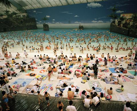 La spiaggia artificiale del Seagaia Ocean Dome, Miyazaki, Giappone, 1996 © 2020 Martin Parr / Magnum Photos
