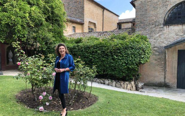 Olimpia Leopardi nel giardino de Le ricordanze