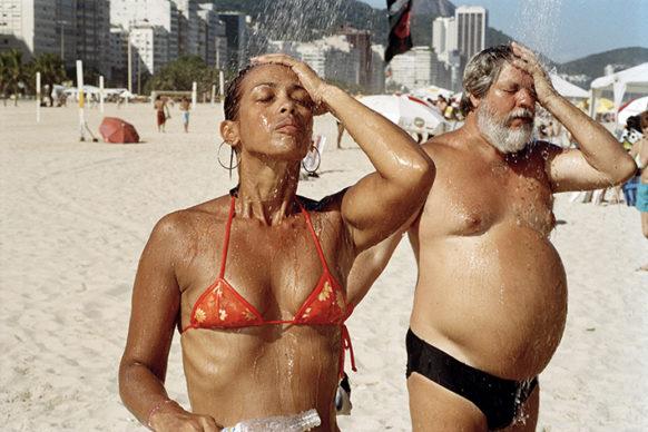 Spiaggia di Copacabana, Rio de Janeiro, Brasile, 2007 © 2020 Martin Parr / Magnum Photos
