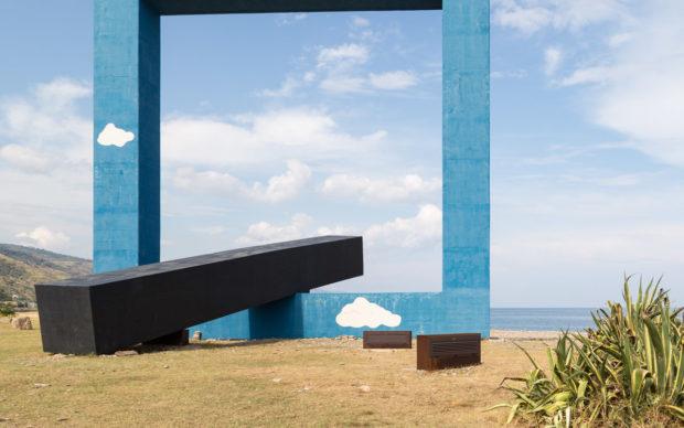 Tano Festa, Monumento per un poeta morto. Lungomare Colonna, Villa Margi (ME). Fotografia di Turiana Ferrara
