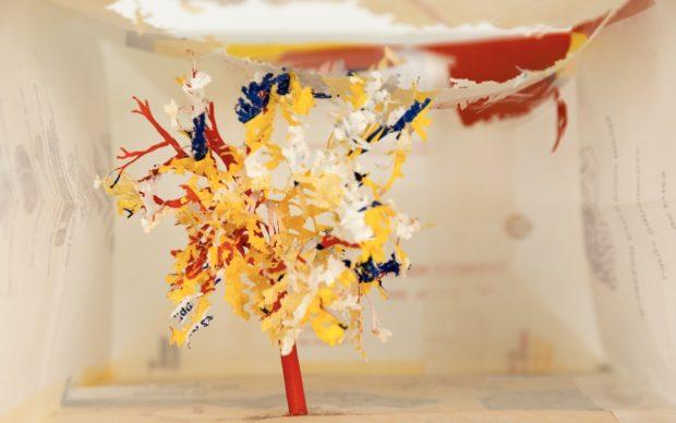 Yuken Teruya, Golden Arch Parkway McDonald's (Yellow), 2005. Sacchetto di carta McDonald e colla, 27,9 x 9,54 x 14,6 cm. Courtesy dell'artista e Piero Atchugarry, Miami, Pueblo Garzón