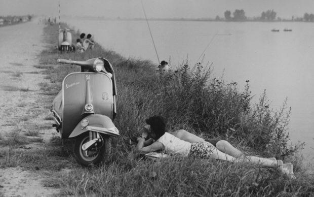 Mario Cattaneo, dalla serie Una domenica all'Idroscalo, 1957 - 1969 © Museo di Fotografia Contemporanea