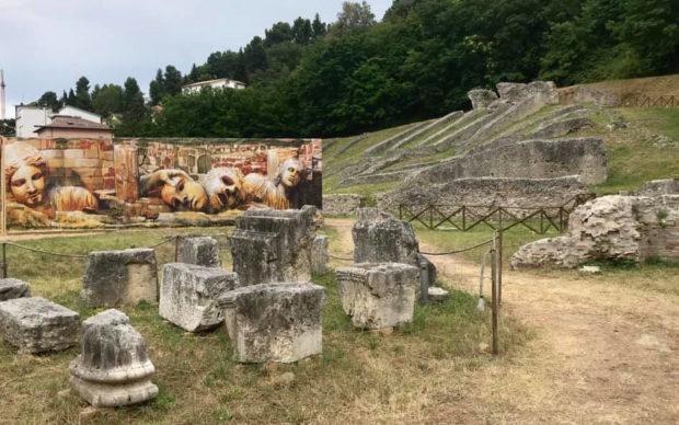 Una fotografia dell'intervento di Andrea Tarli al Teatro Romano di Ascoli Piceno