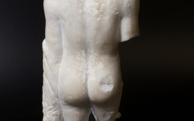 la statuetta romana in marmo pubblicata sul proprio profilo Twitter dallo Yorkshire Museum per lanciare #BestMuseumBum. Courtesy Yorkshire Museum