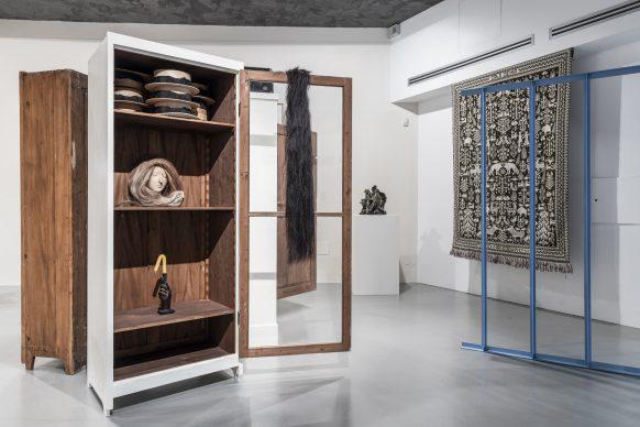 Paloma Varga Weisz, Bois Dormant – Cabinet 2, 2015 (Courtesy of the artist and Konrad Fischer Galerie, Düsseldorf), Agnieszka Brzeżańska, Sound Sculpture, 2018 (Courtesy of the artist and Galeria BWA, Warsaw), Agnieszka Brzeżańska, Ludgarda Sienko, World National Park, 2019, and Paolo Icaro, Forma Di Spazio, Zig – Zag, 1967 (Courtesy of the artist and P420 Gallery, Bologna). Exhibition view at Sala Trenker, Biennale Gherdëina 7. Photo Tiberio Sorvillo / L. Guadagnini