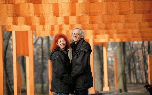 Christo and Jeanne-Claude, pag. 6. Christo and Jeanne-Claude at The Gates, Central Park, New York City, 2005. Photo Wolfgang Volz. Copyright Wolfgang Volz. Courtesy Taschen