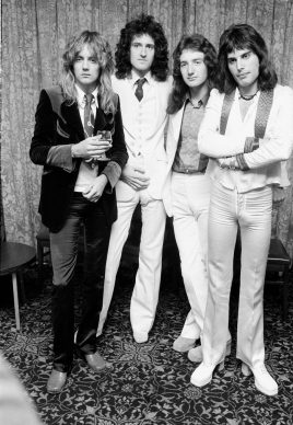 (left to right) Drummer Roger Taylor, guitarist Brian May, bassist John Deacon and singer Freddie Mercury (1946 - 1991) of British rock band Queen pose in September 1974. (Photo by Michael Putland/Getty Images)