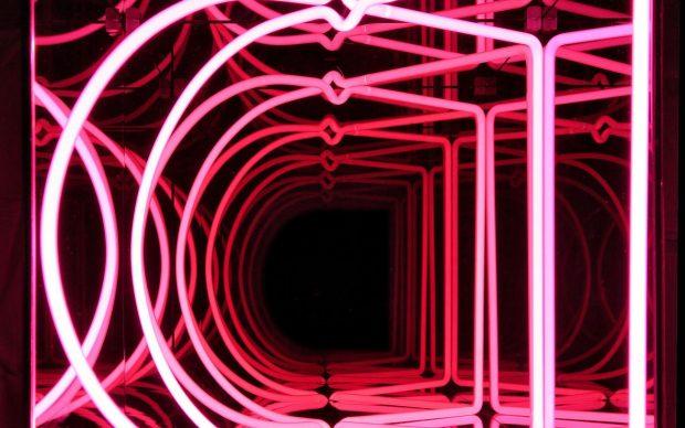 Paolo Scirpa, Moebius cube, 40 x 40 x 40 cm. Vetro e tubi neon colorati, 2020. Courtesy l'artista