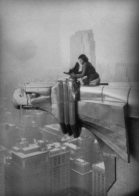 Margaret Bourke-White al lavoro in cima al grattacielo Chrysler, New York City, 1934 © Oscar Graubner Courtesy Estate of Margaret Bourke White