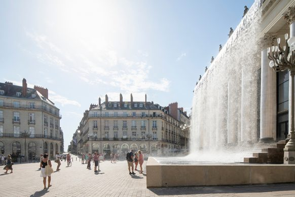 Nantes, Place Graslin: Rideau di Stéphane Thidet. Photo credit © MARTIN ARGYROGLO _ LVAN