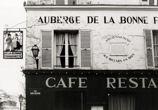 A la Halte, il bar della stazione di Chaponval, rue Pontoise (Val d'Oise, Ile-de-France) Il bar della stazione, dove l'8 giugno 1890 Vincent aspettò il treno in arrivo da Parigi col fratello Theo, la moglie e il figlio di pochi mesi (chiamato Vincent come lo zio), per trascorrere insieme una giornata nella sua ultima dimora, nel vicino villaggio di Auvers-sur-Oise. (©photo Dondero/De Marco 1990/Sulle tracce di Van Gogh)