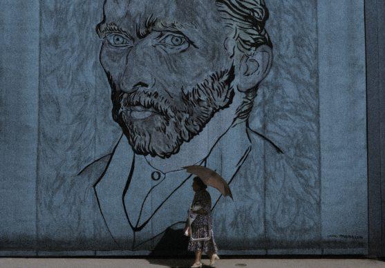 Il telone con uno dei più celebri autoritratti di Van Gogh, ora al Musée d'Orsay di Parigi, nel 1990 copriva l'Auberge Ravoux, dove Van Gogh trascorse i suoi ultimi giorni di vita, e dove morì, il 29 luglio del 1890. (© photo Dondero/De Marco 1990/Sulle tracce di Van Gogh)