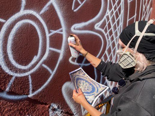 Il murale di NeSpoon a Calais. Courtesy l'artista