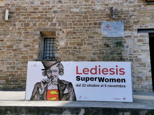 Lediesis, SuperWomen. L'esterno del Semiottagono delle Murate, Firenze. Crediti Lediesis