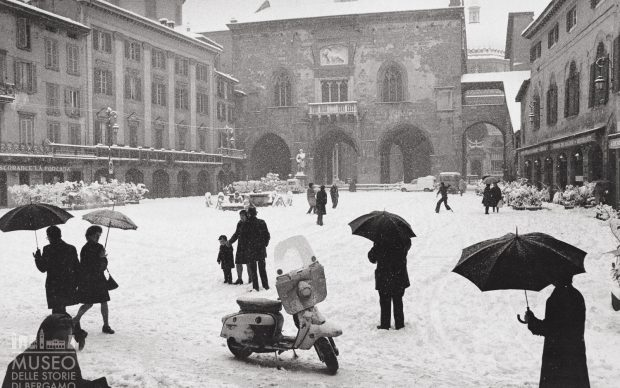 Pepi Merisio Inverno in Piazz a Vecchia Bergamo, 1974 Courtesy Museo delle storie di Bergamo, Archivio fotografico Sestini, Fondo Pepi Merisio