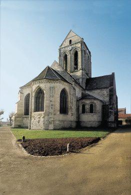 Auvers-sur-Oise (Val d'Oise, Ile-de-France). La chiesa di Notre-Dame-de-l'Assomption, vista dall'abside. (©photo De Marco\Dondero\Sulle tracce di Van Gogh)