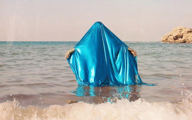 Yasmina Hilal, Houriyat Il Bahr 2018 15.24x15.24cm Fotografia analogica su pellicola da 120 mm. Courtesy the artist