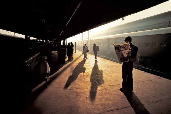 Il marciapiede della stazione, Old Delhi, India, 1983 © 2019 Steve McCurry / Magnum Photos