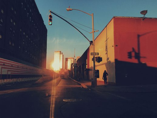 Il tramonto tra Kent Avenue e South 3rd Street, Williamsburg, Brooklyn, New York, Stati Uniti, 2016 © 2019 Thomas Dworzak / Magnum Photos