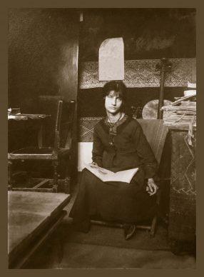 Jeanne Hébuterne con il suo carnet di disegni. Crediti Istituto Amedeo Modigliani