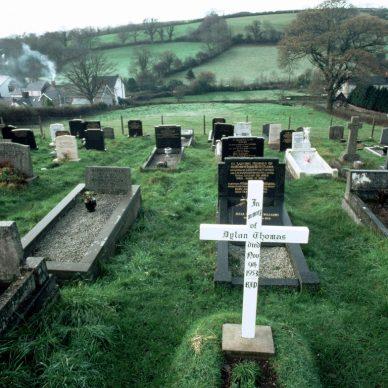 """La tomba di Dylan Thomas visitata da Tyler Keevil per il volume """"Qui giace un poeta"""""""